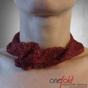 colier cu fir metalizat tricotat